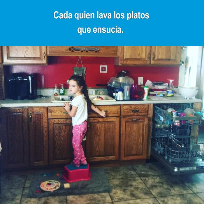 niña lavando los platos