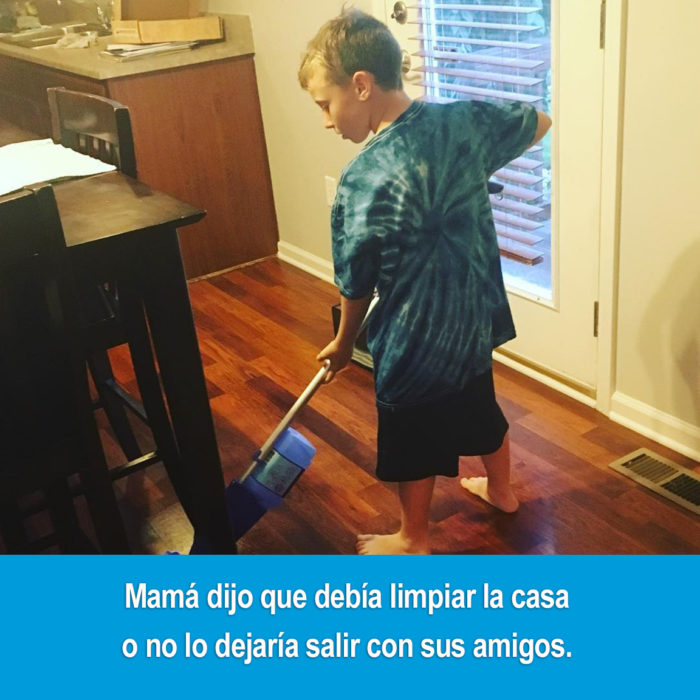 niño limpiando con una aspiradora