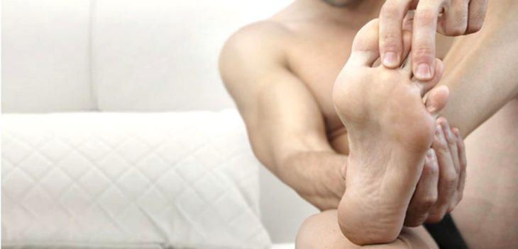 Un hombre mostrando sus pies