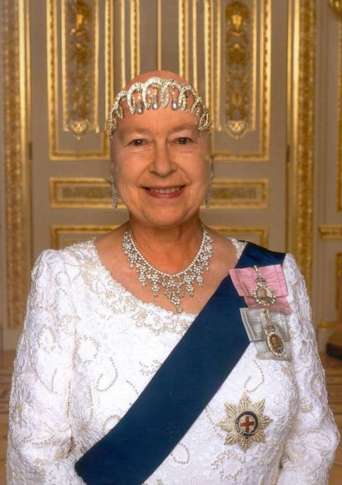 La reina Isabel II calva