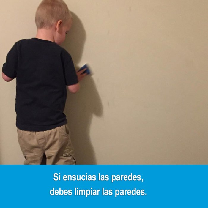 niño limpiando la pared