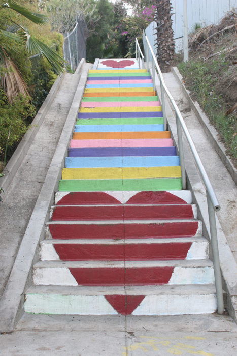 escalera decorada con corazones