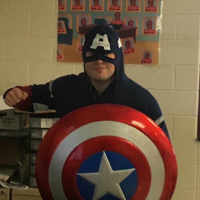 profesor vestido del capitán américa