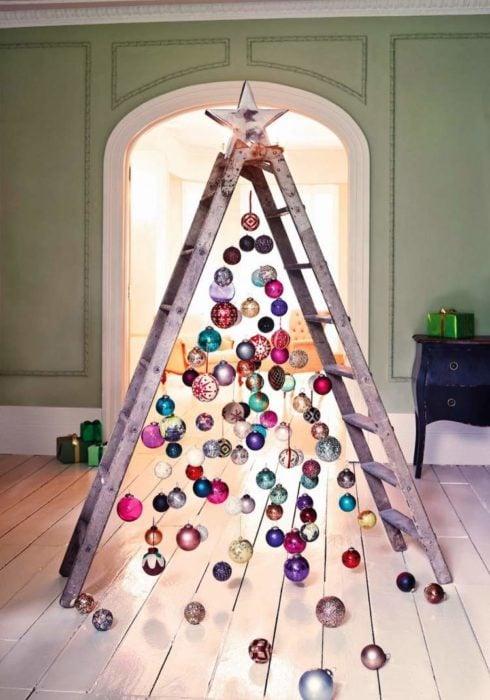 árbol de navidad con una escalera