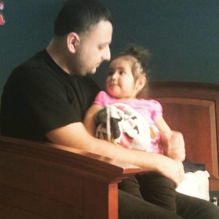 hombre cargando a una bebé