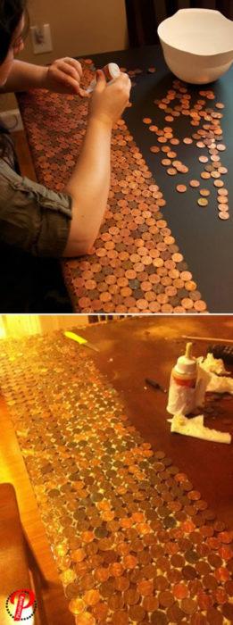 mesa con monedas pegadas