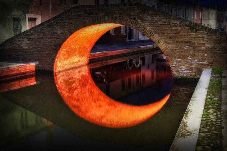reflejo en puente forma media luna
