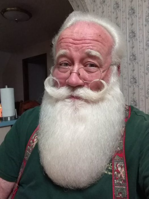 anciano con barba blanca