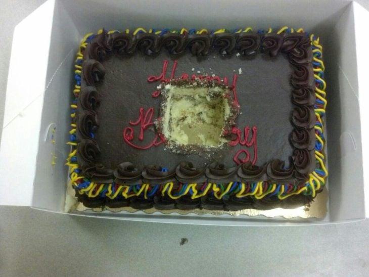 pastel con un pedazo cuadrado cortado del centro