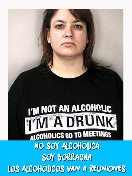 mujer con una camiseta que dice que no es alcohólica, solo borracha