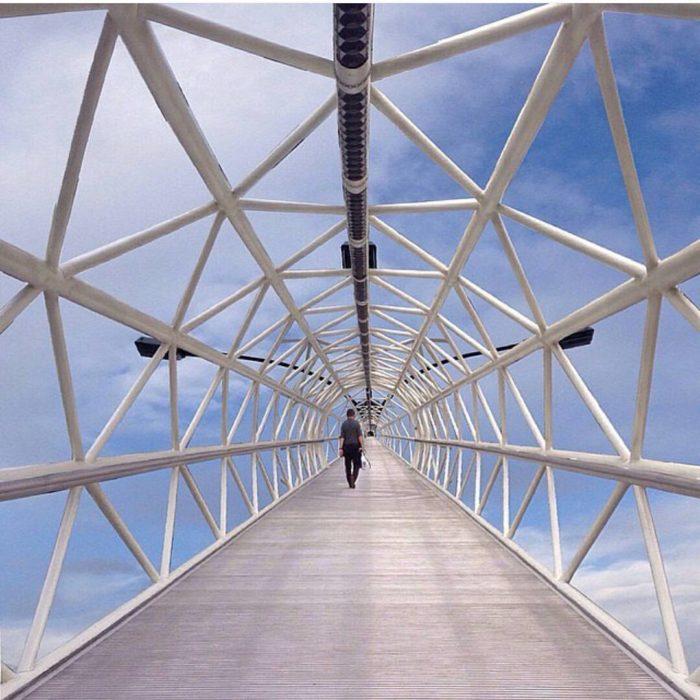 puente geométrico por el que se puede ver el cielo