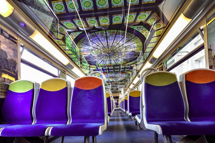 interior de tren decorado como un museo