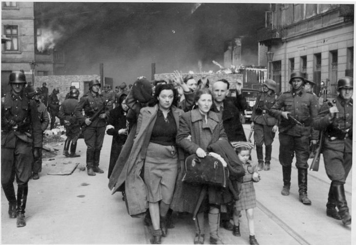 mujeres huyendo de gueto nazi