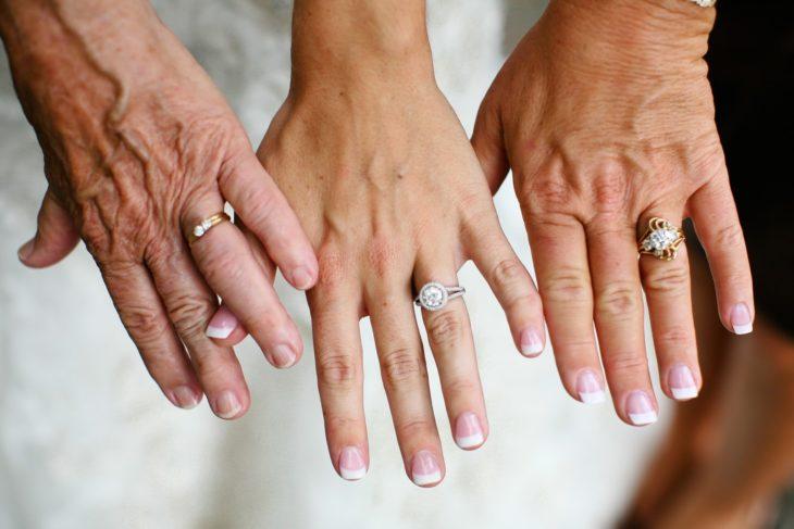 manos de tres generaciones de mujeres