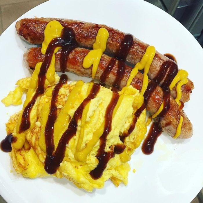 huevo y salchicas con salsa de tomate y mostaza