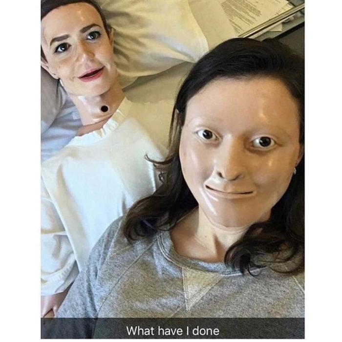 swapface de una mujer con un muñeco de primeros auxilios