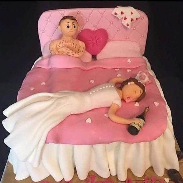 muñecos para pastel graciosos de novios en cama borrachos