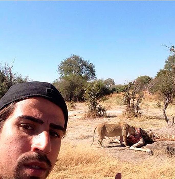 selfie de un hombre con una leona