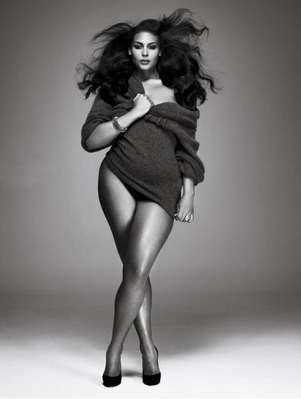 foto a blanco y negro de modelo de talla grande