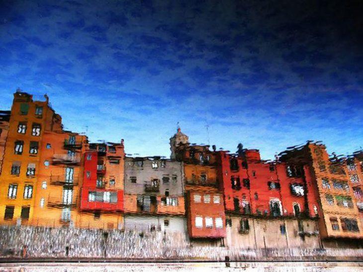 reflejo de edificios parece una pintura