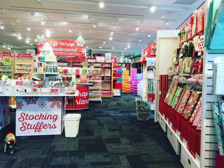 sección navideña de tienda departamental