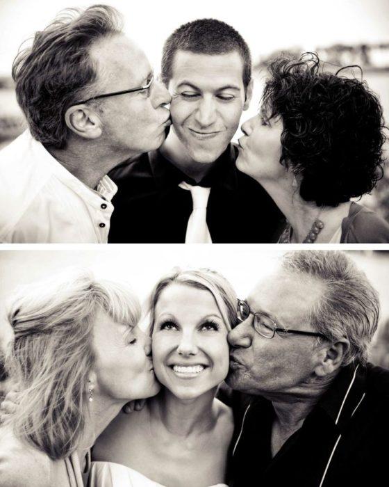 retrato de padres de la novia y el novio besándolos