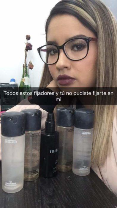 mujer con muchos fijadores de maquillaje