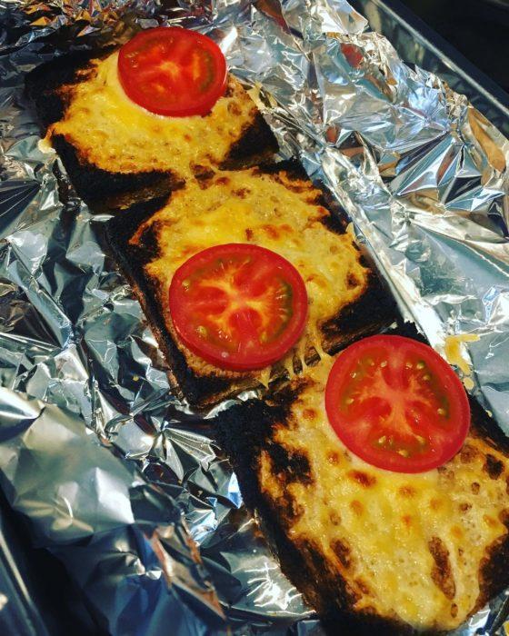 tostadas con queso demasiado tostadas