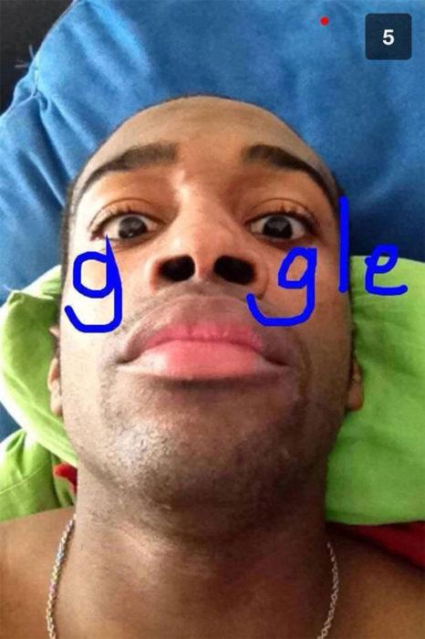 hombre escribe con los orificios de su nariz la palabra google