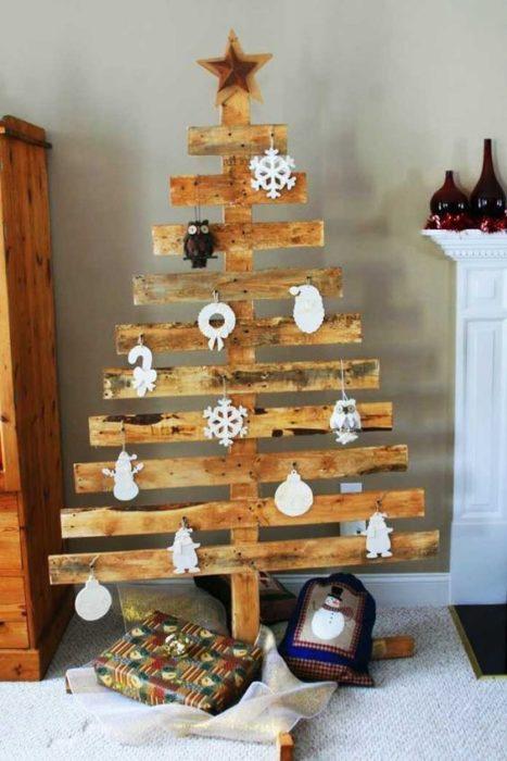 árbol de navidad hecho de tabla de madera