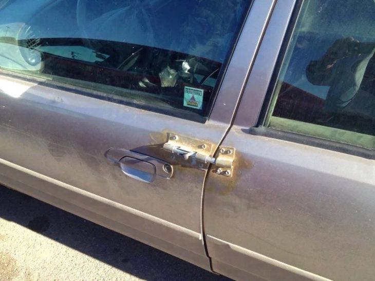 puerta de coche gris con seguro de puerta