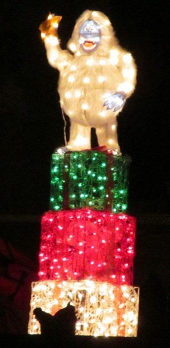figura de mono con luces navideñas