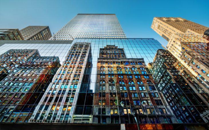 reflejo de edificios dentro de otros edificios