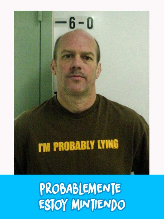 hombre arrestado con camisa con la leyenda que dice probablemente estoy mintiendo