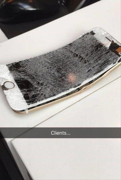 celular con la pantalla quebrada