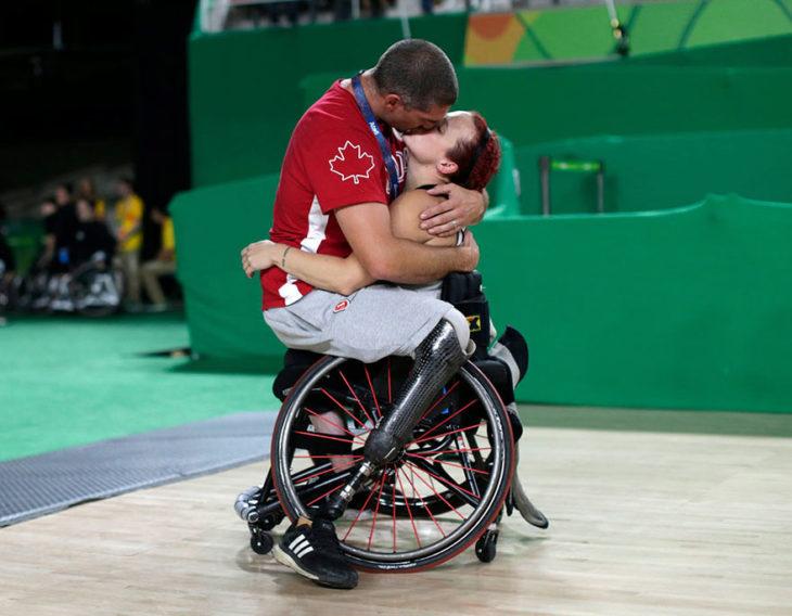 Adam Lancia besa a su esposa Jamey Jewells en los juegos paralímpicos