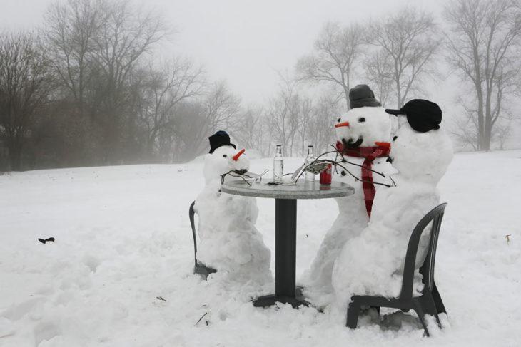 muñecos de nieve que están jugando cartas