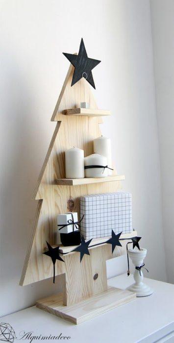estante en forma de árbol de navidad