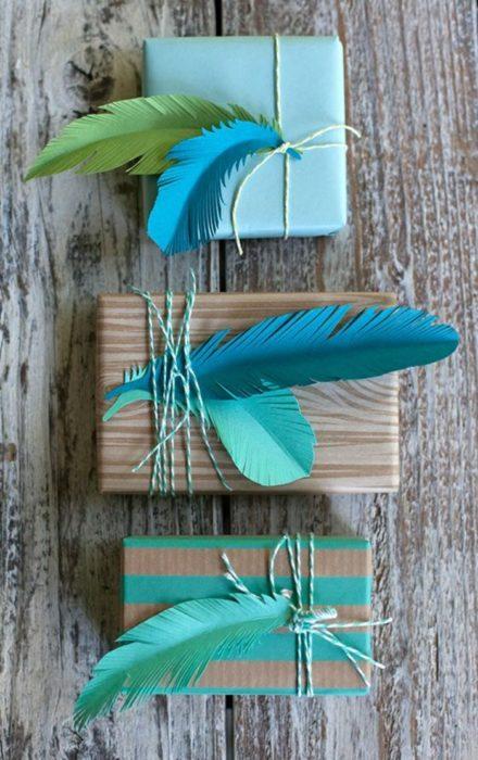 envoltura de regalos de plumas