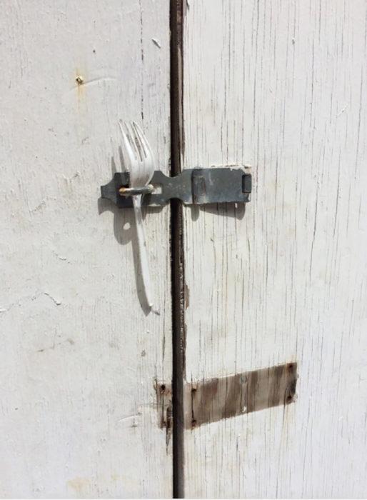 puerta asegurada con un tenedor de plástico