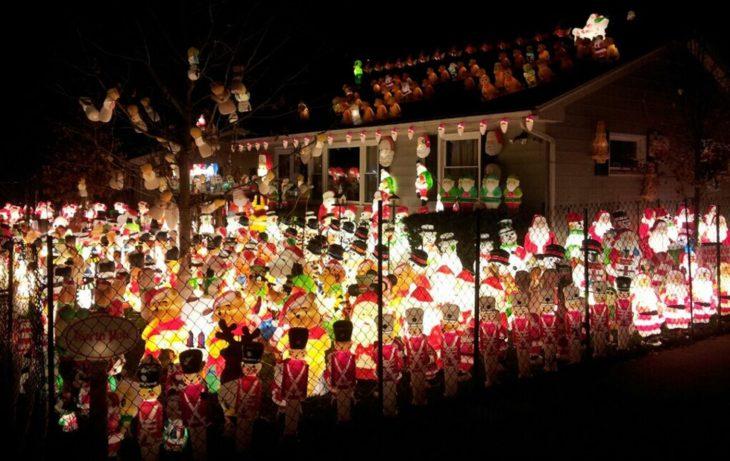 casa con demasiadas decoraciones navideñas