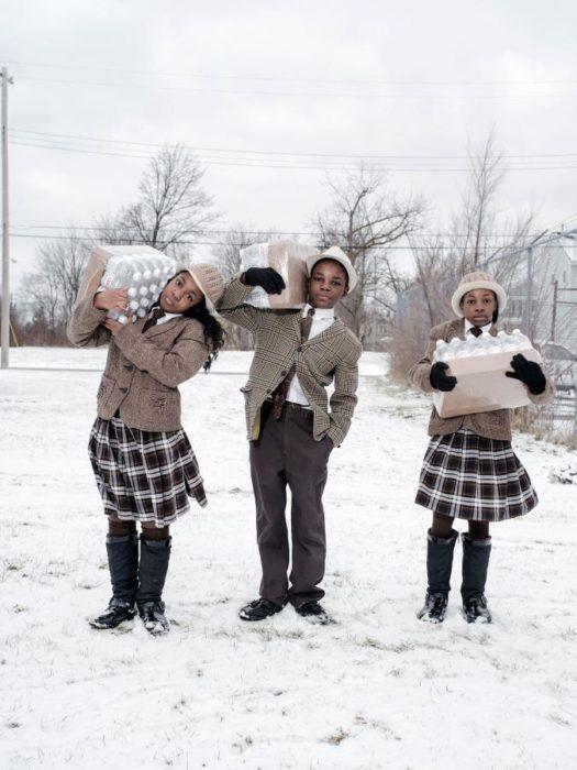 niños cargando botellas de agua