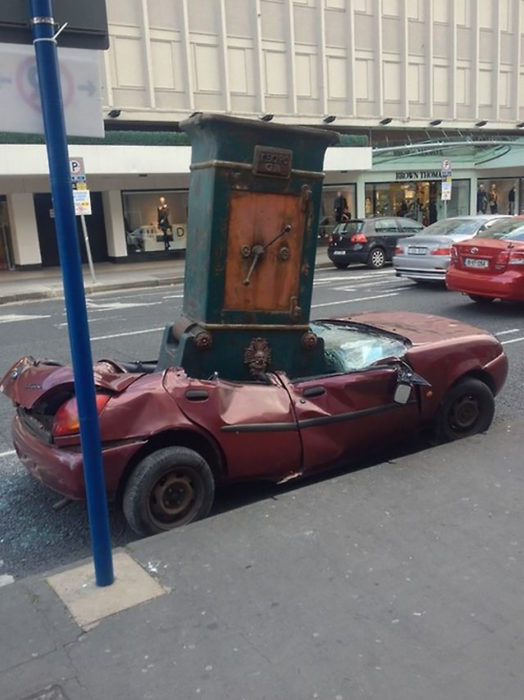 caja fuerte aplasta a un carro