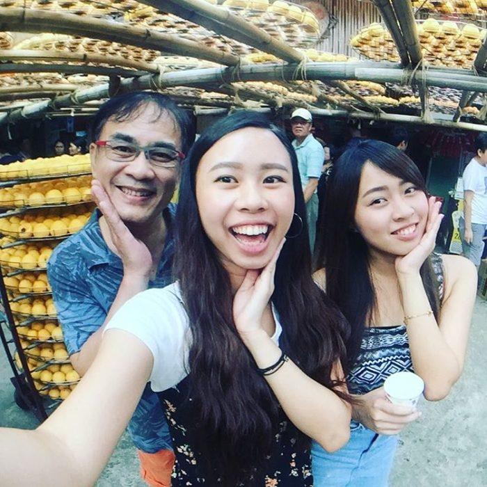 papá y sus dos hijas posando para una foto