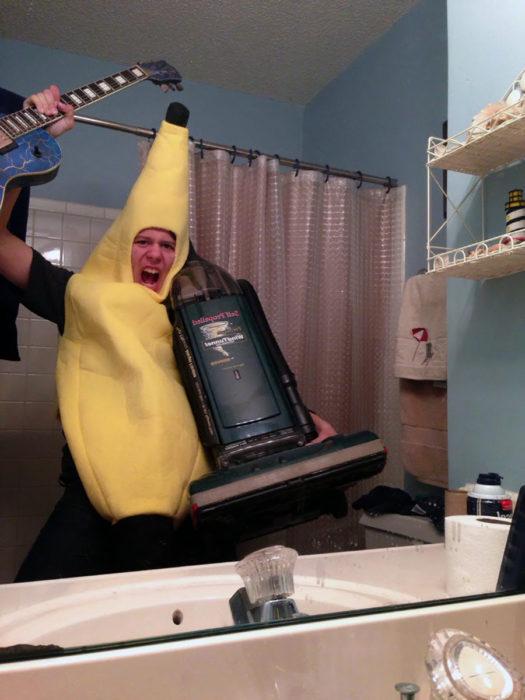 hombre vestido de banana furiosa