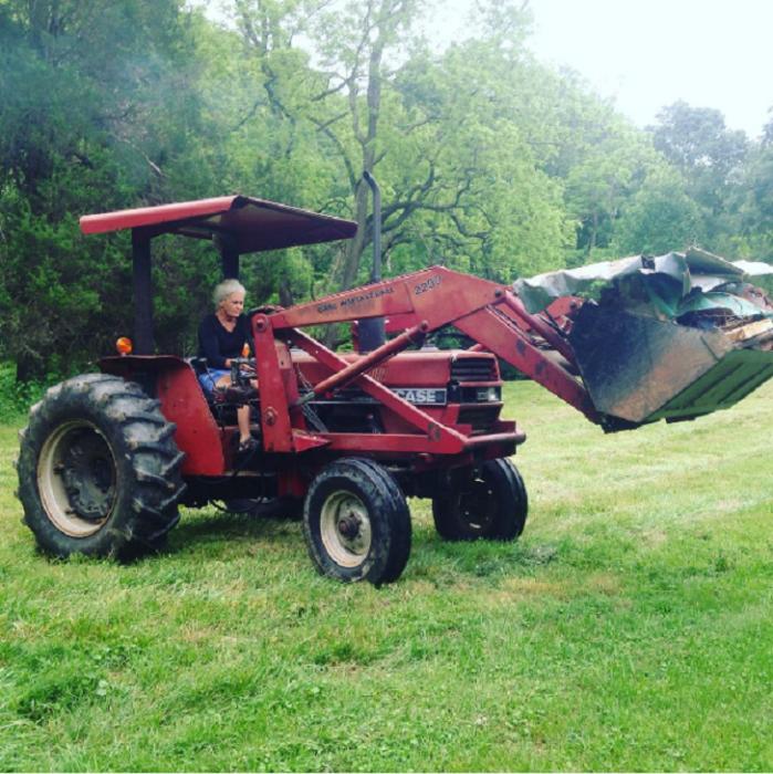 señora conduciendo un tractor