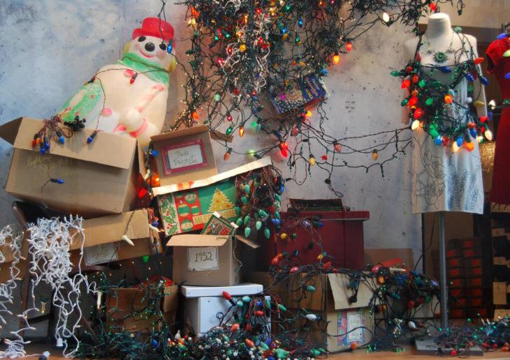 decoración navideña con luces enredadas