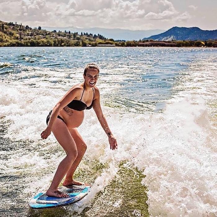 embarazada surfeando