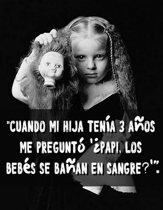 niña sosteniendo la cabeza de una muñeca