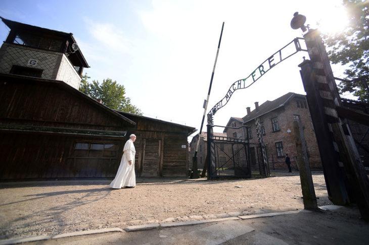 Papa Francisco camina a través del campo de concentración Auschwitz
